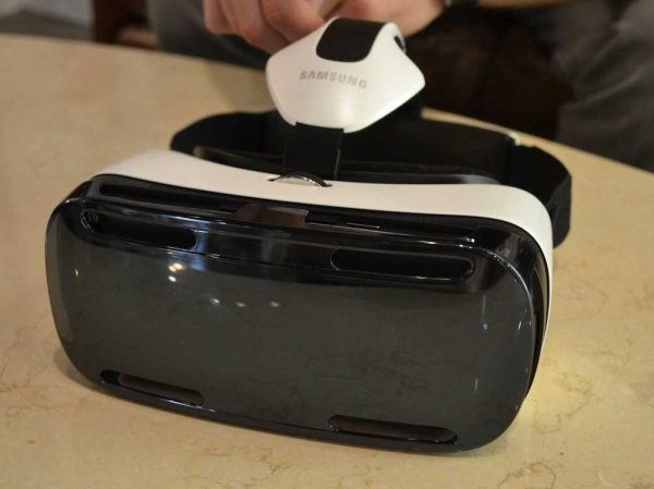 Samsung Introduces VR Headset Powered by Facebook's Oculus Rift